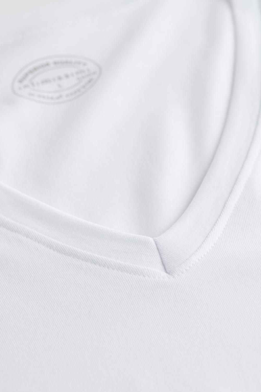 Camiseta Escote V de Algodón Supima® Elastizado